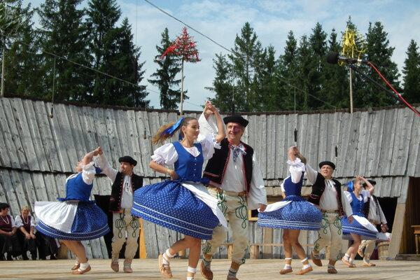 Tanečníci na drevenom amfiteátri - klasický výjav folklórnych slávností.