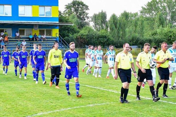 Futbalisti Čeľadíc (v modrom) vyhrali v Zbehoch hladko 4:1.