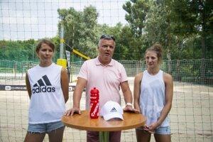 Na snímke slovenské reprezentantky v plážovom volejbale vľavo Natália Dubovcová a vpravo Andrea Štrbová a v strede manažér Miloš Dubovec.