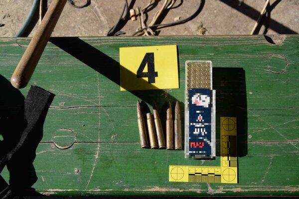 V Hriňovej boli nájdené zbrane i drogy.