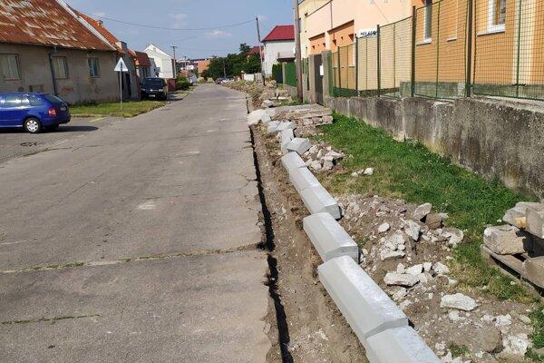 Oprava cesty na ulici Pri potoku by mala byť hotová do konca augusta.