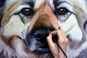 Erica Eriksdotter pracuje na maľbe psa menom Ernie.