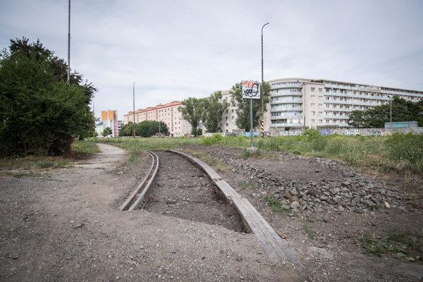 Vykopaný zvyšok Rohlederovej koľajnice na bývalej železničnej stanici Filiálka.