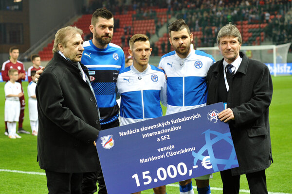 Pred zápasom odovzdal zástupca slovenských futbalových internacionálov L. Petráš spolu sJ. Klimentomm šek vhodnote 15 000 eur na pomoc pre Mariána Čišovského.