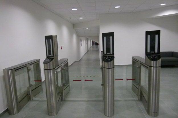 Pred vstupom do VIP priestorov musia prejsť návštevníci bezpečnostným systémom, ktorý skontroluje aj tvár.