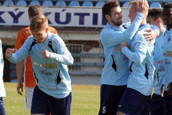 Pavol Grman (5) blahoželá Matúšovi Bartošekovi ku gólu na 1:0.