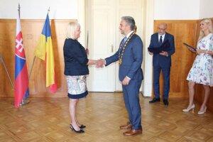 Pred rokom župan Rastislav Trnka opäť vymenoval riaditeľku Melániu Konečnú do funkcie. Teraz dostáva podnety.