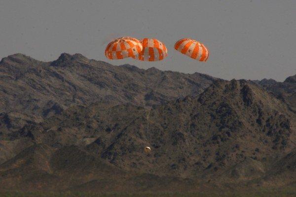 Orion počas testu padákov.