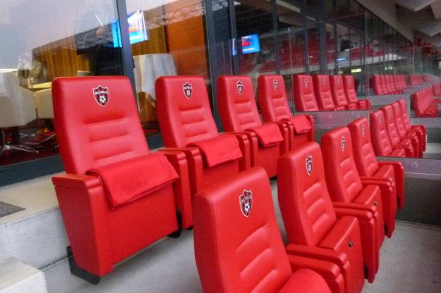 Luxusné koženné sedačky patriaci k Sky boxu.