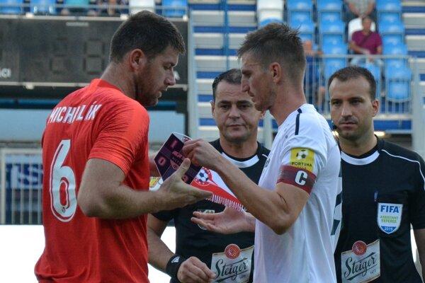 Kapitáni a rozhodcovia pred zápasom.