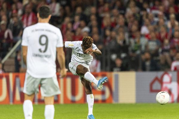 Kingsley Coman počas gólovej strely v zápase 1. kola DFB Pokal 2019/2020 medzi Energie Cottbus - Bayern Mníchov.