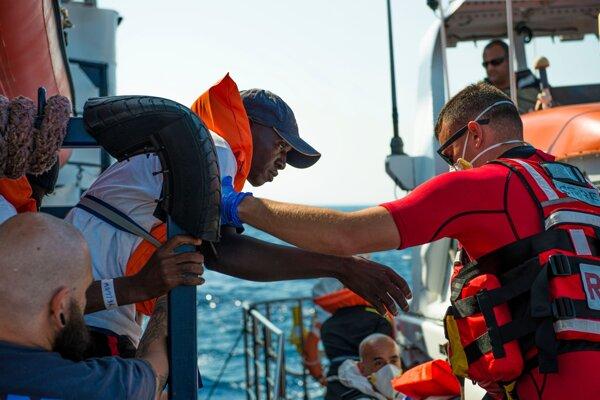 Maltský záchranár pomáha jednému z migrantov.
