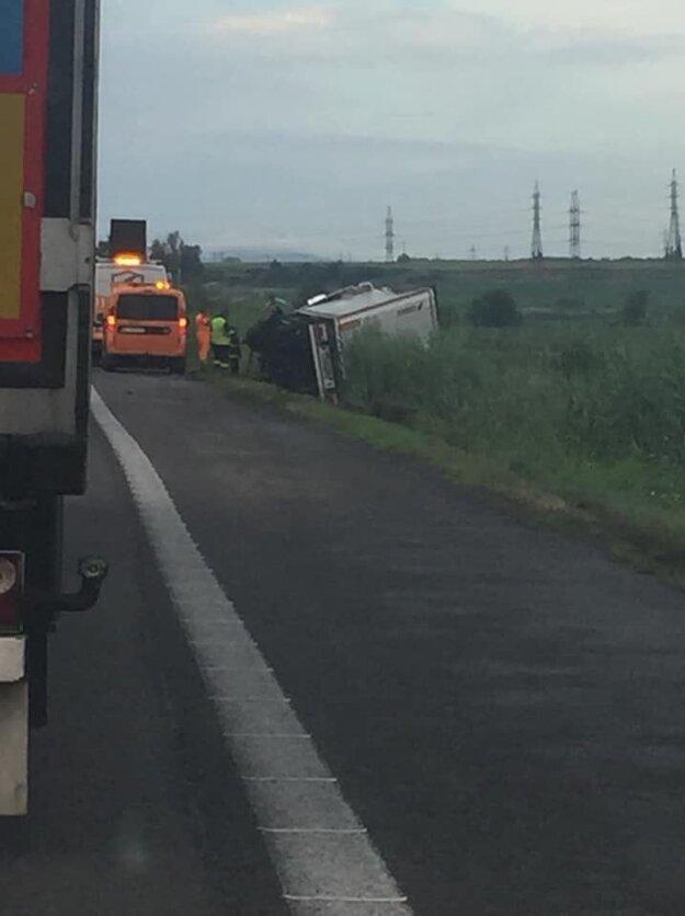 Kamión vyťahovali z priekopy pri diaľnici D2 za Lozornom.