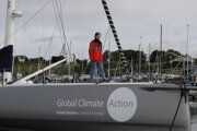 Švédska environmentálna aktivistka Greta Thunbergová pózuje fotografom na palube jachty Malizia v prístave juhoanglického Plymouthu.