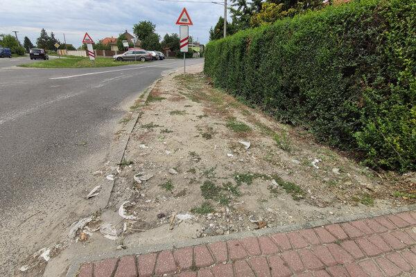 Odpad z kanalizácie ostáva na ulici v Bernolákove aj po daždi