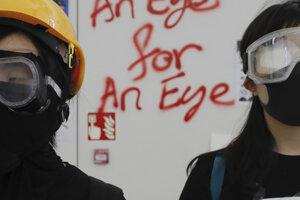 Z hongkongských protestov. Nápis na stene žiada oko za oko.