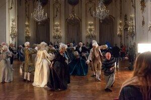Herci museli poslúchať aj tanečného majstra.