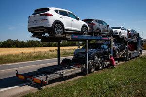 Nové Hyundaie, ktoré prišli kamiónom k predajcovi.
