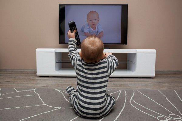 Deti sa učia od rodičov. Aj sedieť pred televíziou.