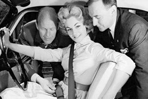 Trojbodový bezpečnostný pás sa začal používať začiatkom 60-tych rokov.
