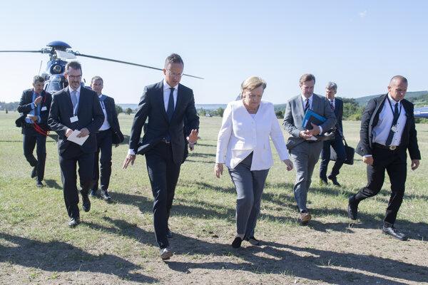 Merkelová s Orbánom si pripomenuli krátke otvorenie železnej opony v Maďarsku