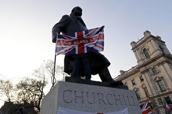 Odchod znamená odchod, odkazuje vlajka pri soche Winstona Churchilla.