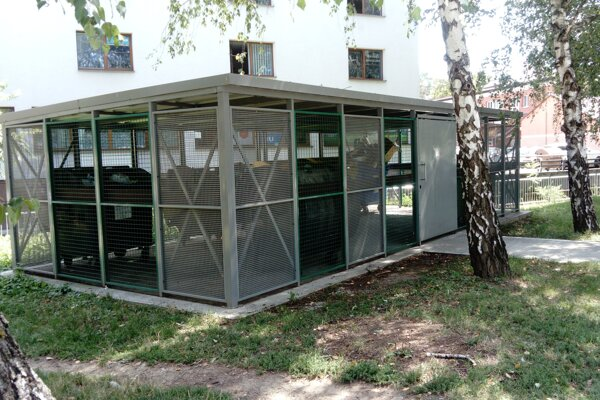 Pilotný projekt uzamknutých stojísk na kontajnery v Leviciach  funguje na Jilemnického ulici.