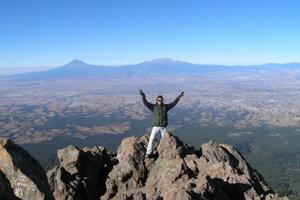 Na vrchole La Malinche. V pozadí Popocatepetl (vľavo) a Iztaccihuatl.
