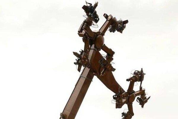 Pohyblivé ramená kolotoča pripomínajú dva veľké hákové kríže.