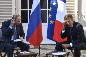 Rozhovor Emmanuela Macrona s Vladimirom Putinom v pevnosti Fort de Brégancon pri pobreží Stredozemného mora.