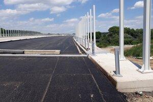 Na diaľničnom obchvate naťahujú asfaltový koberec. Úsek začína nadobúdať finálnu podobu.