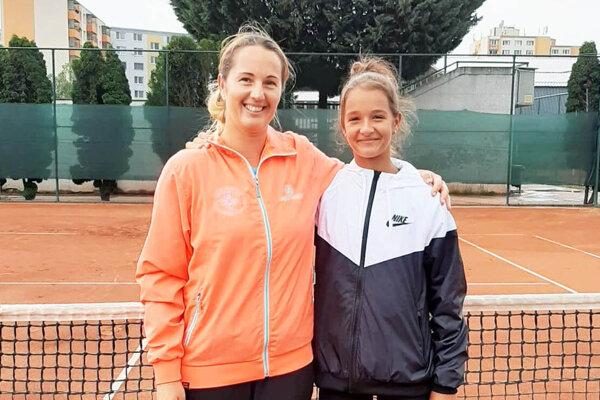 Lucka Hradecká s mamou a trénerkou Andreou.