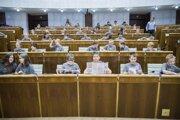 Študenti Detskej Univerzity Komenského počas Simulovanej Hodiny otázok s poslancami Národnej rady SR a členmi vlády v roku 2017.