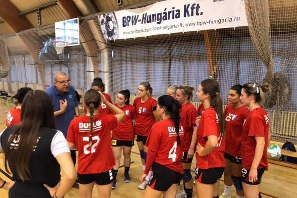 Hádzanárky Dusla nedávno zvíťazili v prípravnom zápase v maďarskom Szombathely. Vľavo tréner Ján Packa.
