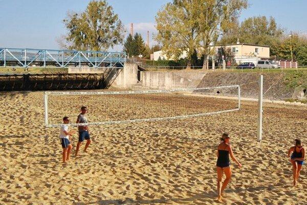 Plážové ihrisko pod splavom je denne obsadené.