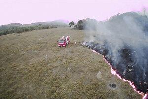 Na snímke z drónu z 20. augusta 2019 hasiči hasia lesný požiar v brazílskom štáte Mato Grosso.