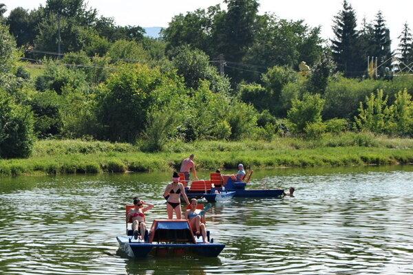 Za prenájom vodných bicyklov zaplatia návštevníci rekreačnej oblasti Laborec od septembra viac.