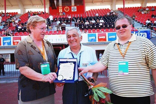 Ivan Soviš (v strede) bol jedným zo zakladateľov atletiky. Vľavo Mária Mračnová, vpravo Rastislav Hrbáček).