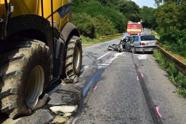 Nehoda kombajnu a osobného auta.