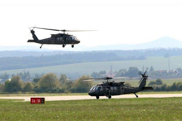 Vrtuľníky Blackhawk.