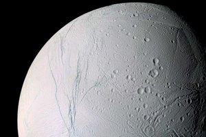 Fotka mesiaca Enceladus, ktorú v apríli zverejnila NASA.
