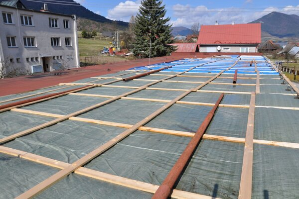 Dočasná ochrana strechy. Začala zatekať dva roky po skončení záruky.