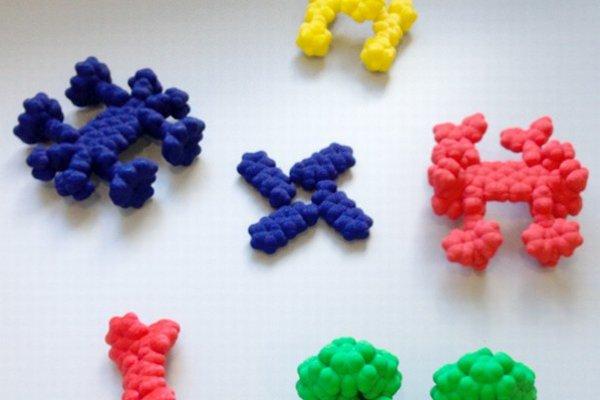 Modely molekulárnych áut vytlačené na 3D tlačiarni v mierke 1:100 000 000.