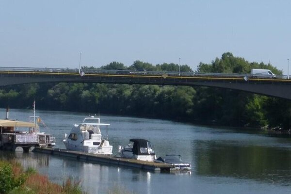 Havarijný stav mosta cez Váh v Komárne ohrozuje dopravu v Nových Zámkoch.