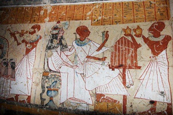 Steny hrobky sú pokryté kresbami, ktoré vyjadrujú scény z každodenného denného života spolu s náboženskými rituálmi.