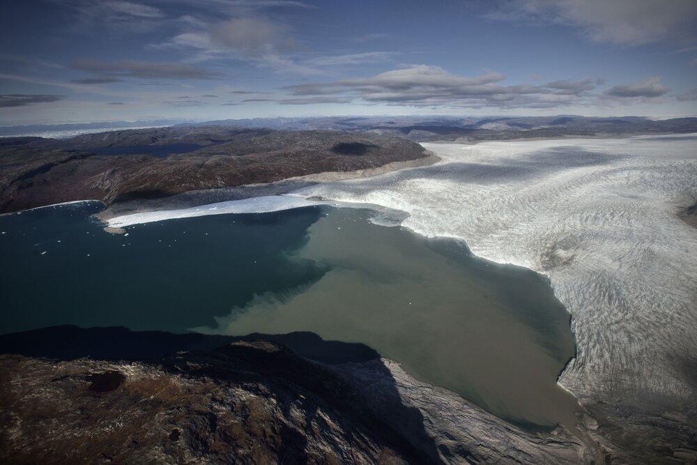 Grónsko. Tam, kde ľadovec Sermeq Avangnardleq kedysi pokrývala ľadová vrstva, sú dnes obrovské plochy Severného ľadového oceánu číre. Rozdiel vo farbe naznačuje, kde sa kedysi ľadovec nachádzal.