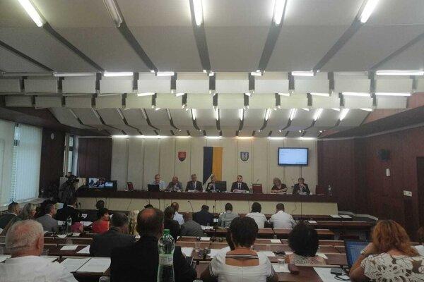 Michalovskí poslanci na svojom utorkovom zasadnutí.
