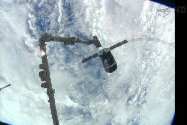 Nákladná loď sa pripája k ISS