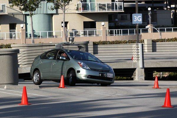 Viaceré firmy a univerzity chcú autá bez vodičov.