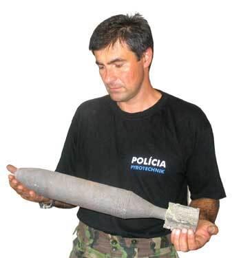 pyrotechnik krajského riaditeľstva policajného zboru v trenčíne ján ochodnický ukazuje mínu, aká sa našla aj pri rozoberaní múru v skalke nad váhom.